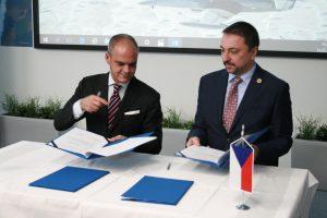 Giuseppe Giordo a Zbyněk Pavlačík slavnostně podpisují smlouvu o partner...